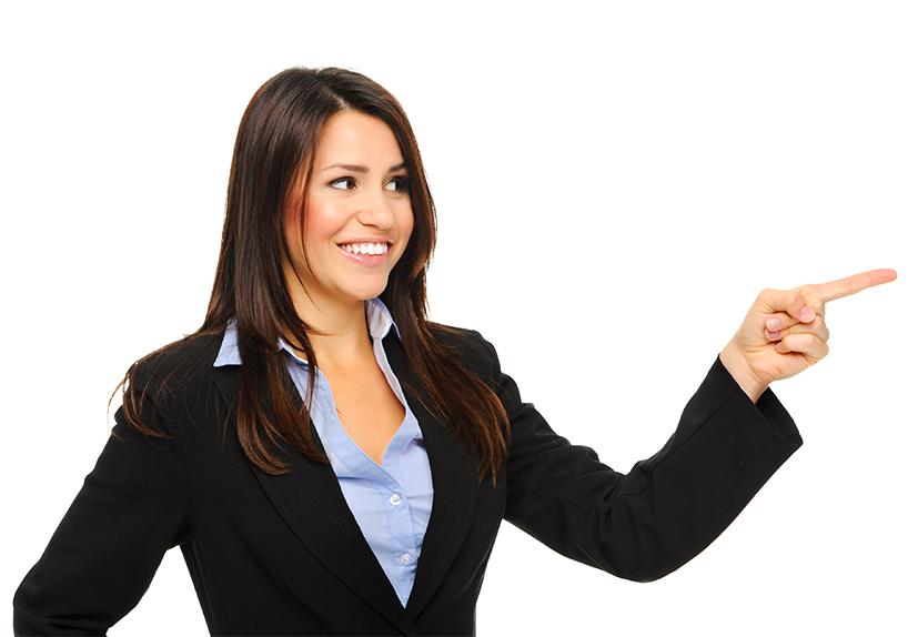 Mosolygó, irányt mutató nő, blézerben